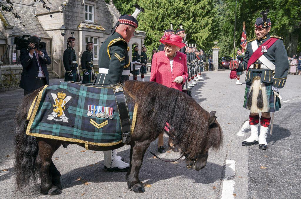 La Reine Elizabeth II lors d'une inspection de la compagnie Balaklava, 5ème Bataillon du Royal Regiment of Scotland.