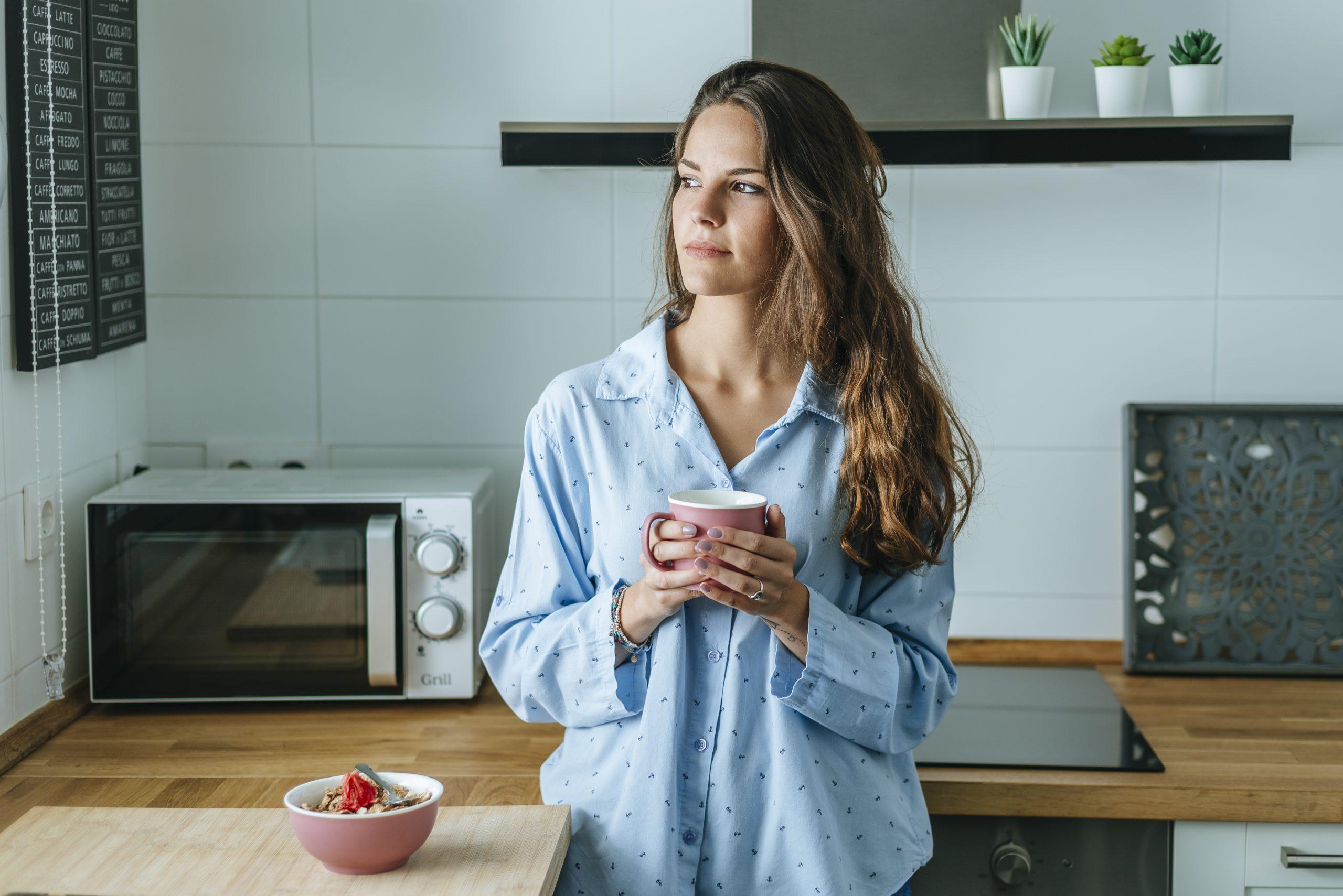 femme avec un café qui est un remède maison contre la constipation