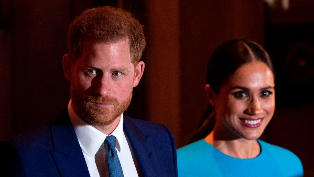 Le prince Harry, duc de Sussex (à gauche), et Meghan, duchesse de Sussex, partent après avoir assisté à la remise des prix de l'Endeavour Fund à Mansion House à Londres, le 5 mars 2020.