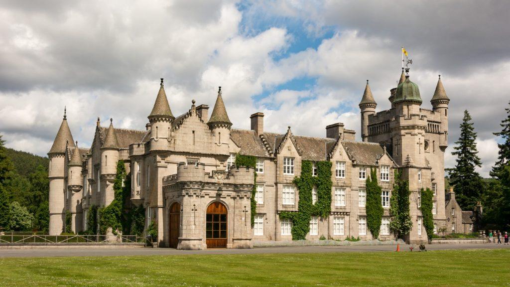 Royaume-Uni, Écosse, Aberdeenshire, Balmoral, Vue du château de Balmoral, Le château de Balmoral est un château situé sur la rivière Dee, sous la montagne Lochnagar, Écosse, Résidence d'été de la reine, Victoria.