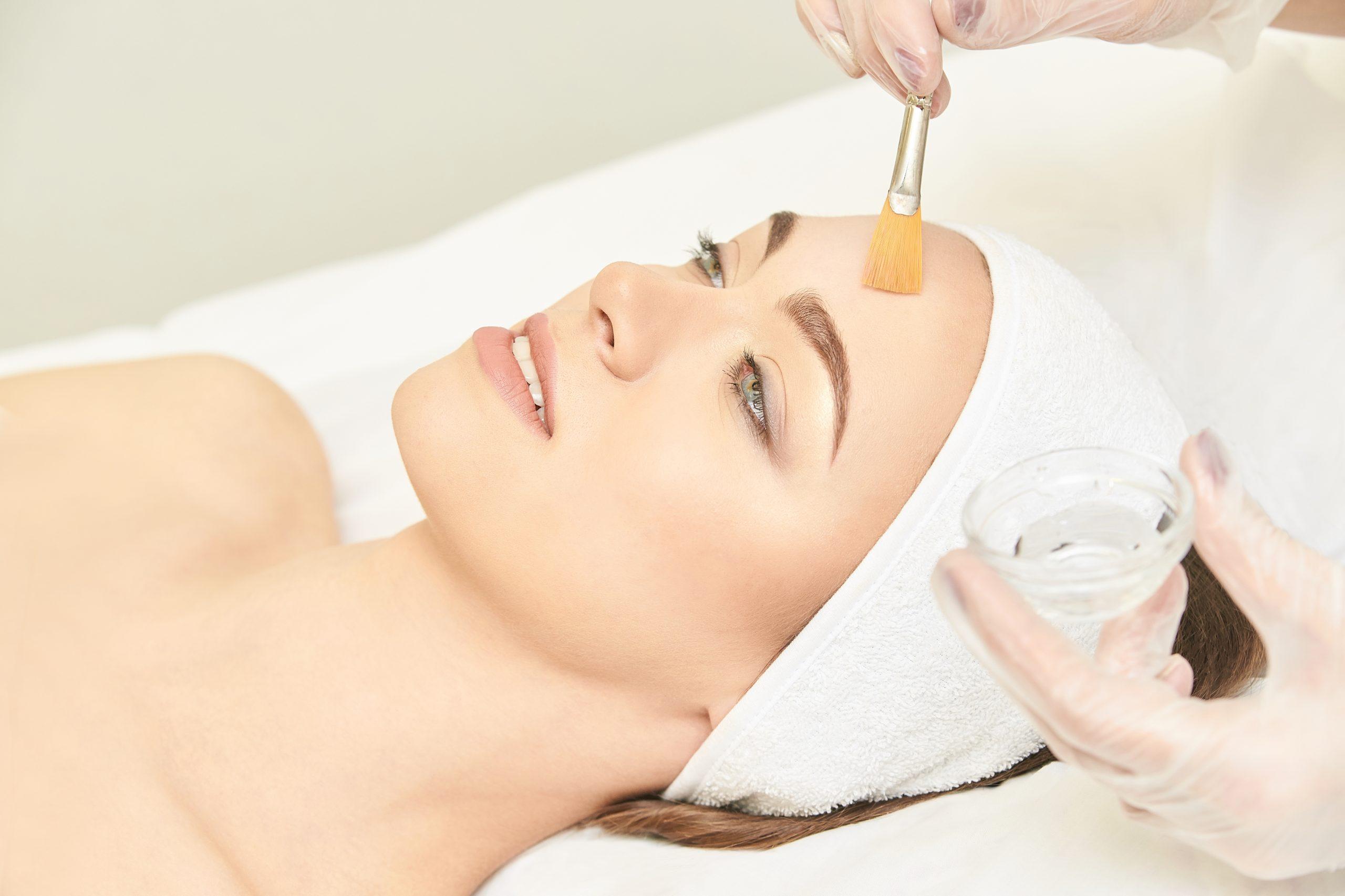 Femme subissant un peeling à l'acide pour essayer de se débarrasser des cicatrices d'acné.