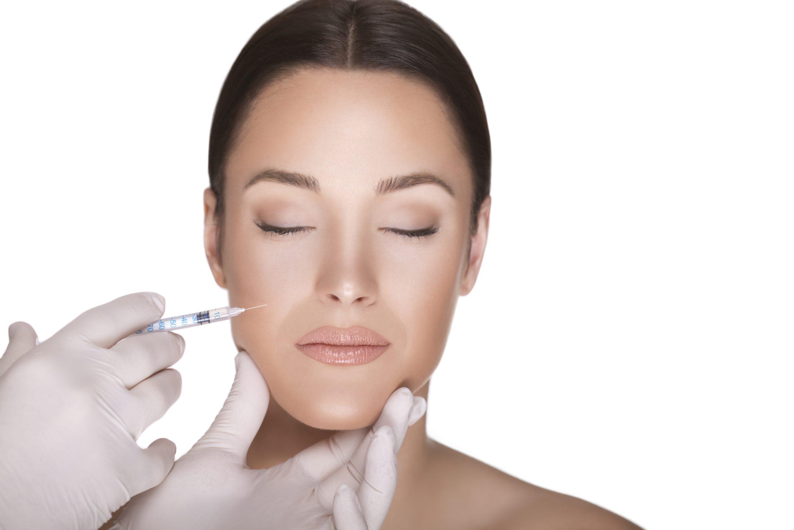 Femme se faisant poser des implants dermiques