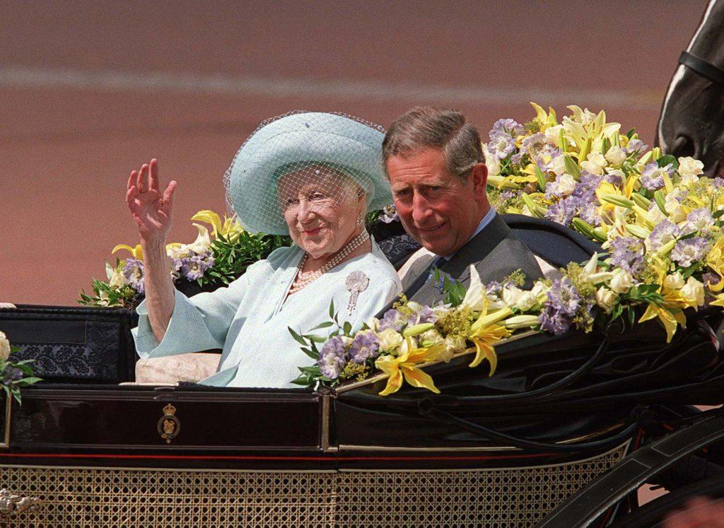 Le Prince Charles est assis à côté de la Reine Mère alors qu'elle salue ses admirateurs à l'occasion de la célébration de son 100e anniversaire, le 4 août.