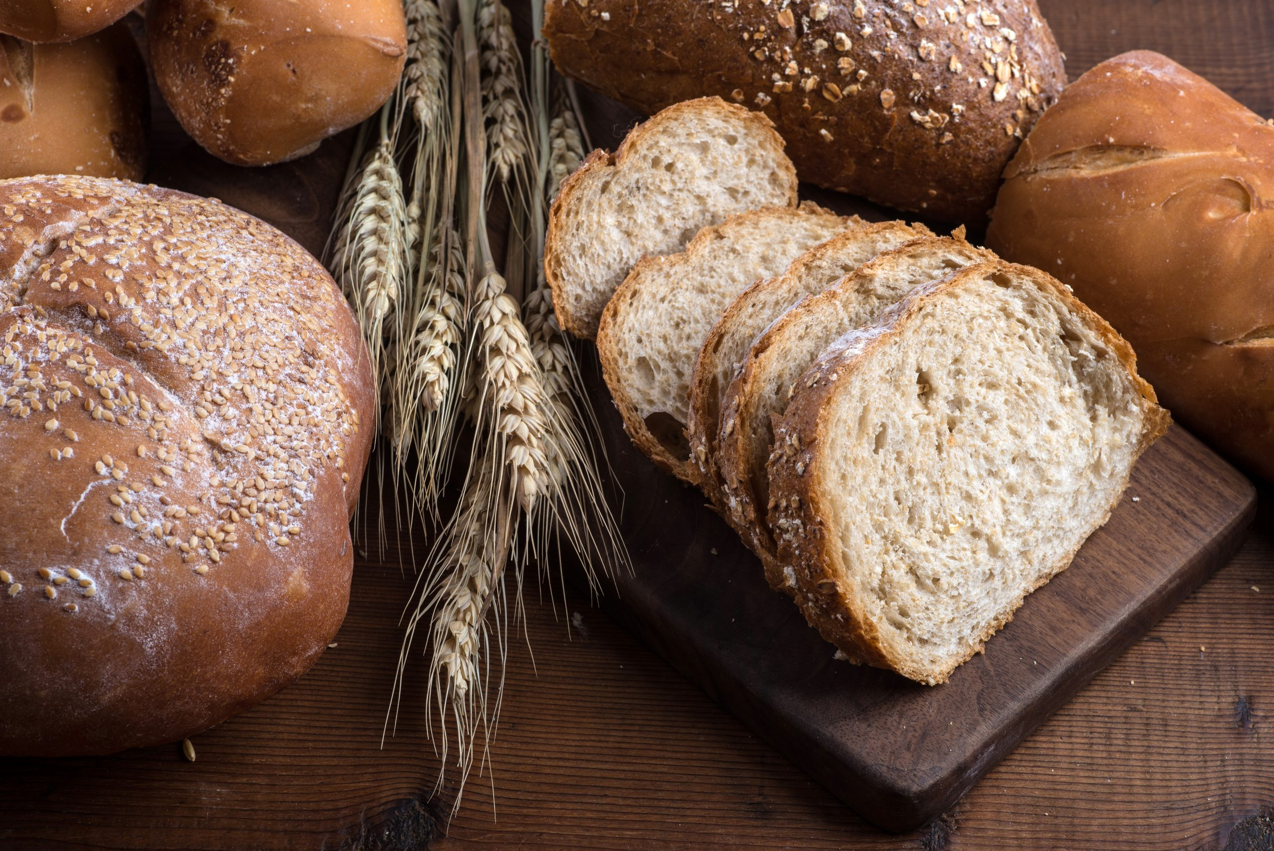 Un gros plan sur les pains complets qui ne peuvent pas être consommés dans le cadre d'un régime pauvre en fibres.