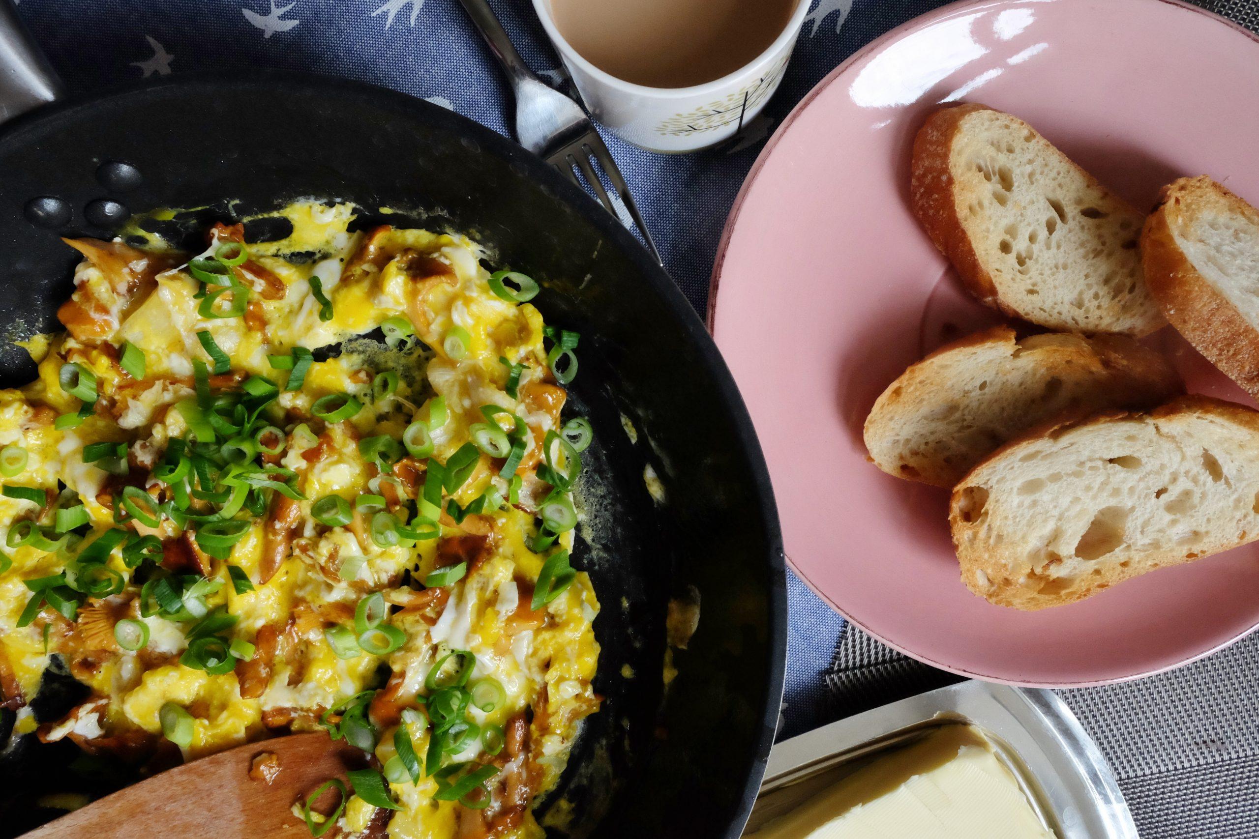 Gros plan sur des œufs brouillés et du pain blanc qui peuvent être consommés dans le cadre d'un régime pauvre en fibres.