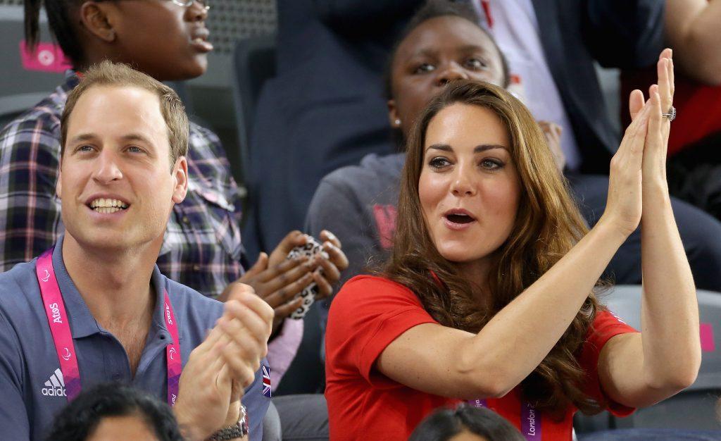 Le prince William et Catherine, duchesse de Cambridge, regardent le cyclisme sur piste le premier jour des Jeux paralympiques de Londres 2012.