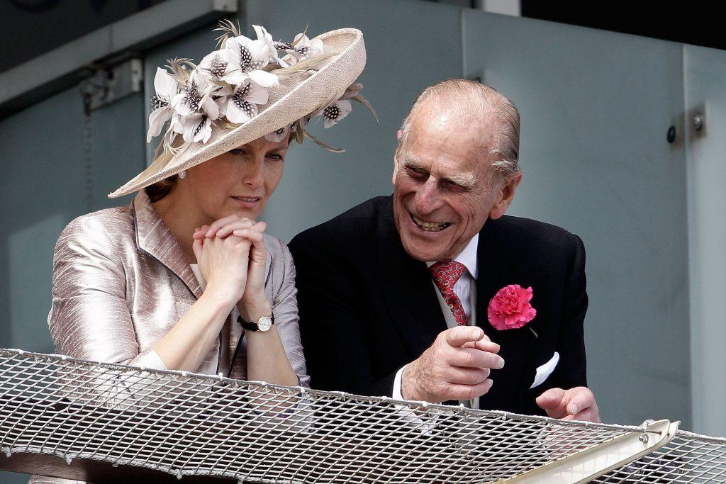 Le Prince Philip, Duc d'Edimbourg et Sophie, Comtesse de Wessex, attendent le départ du Derby d'Epsom.