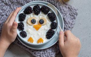 Enfant-mangeant-du-porridge-aux-oiseaux