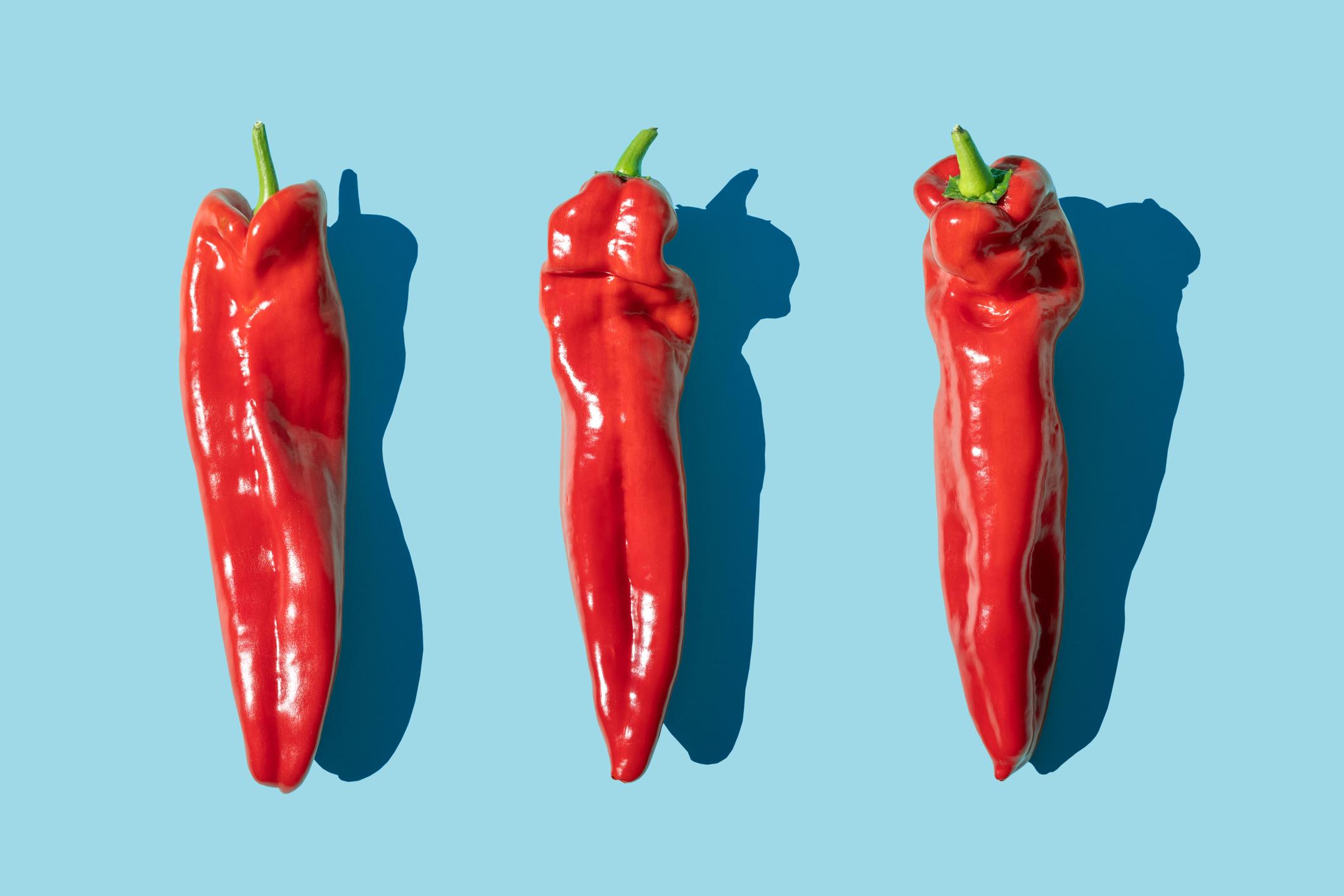 3 piments (un des meilleurs aliments pour brûler les graisses) sur un fond bleu.