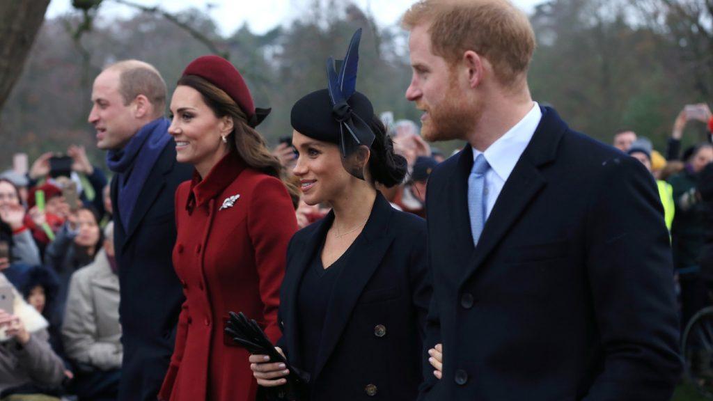 rince William, duc de Cambridge, Catherine, duchesse de Cambridge, Meghan, duchesse de Sussex et le prince Harry, duc de Sussex partent après avoir assisté au service religieux du jour de Noël à l'église de St Mary Magdalene sur le domaine de Sandringham, le 25 décembre 2018 à King's Lynn, en Angleterre.