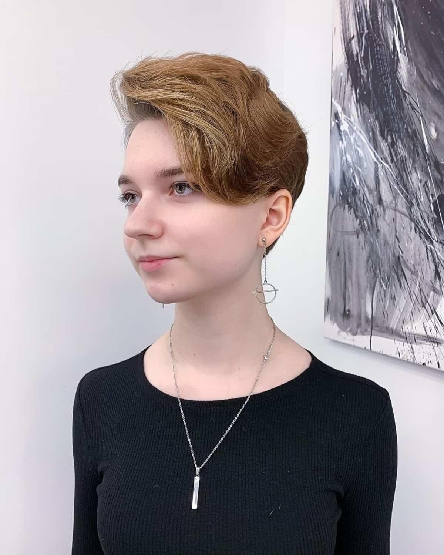 Coupe Pixie pour les cheveux ondulés et un visage rond