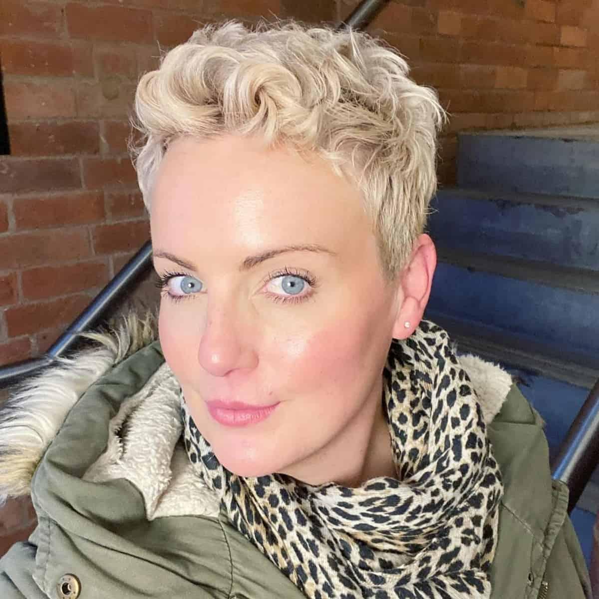 Coupe de cheveux courte ondulée