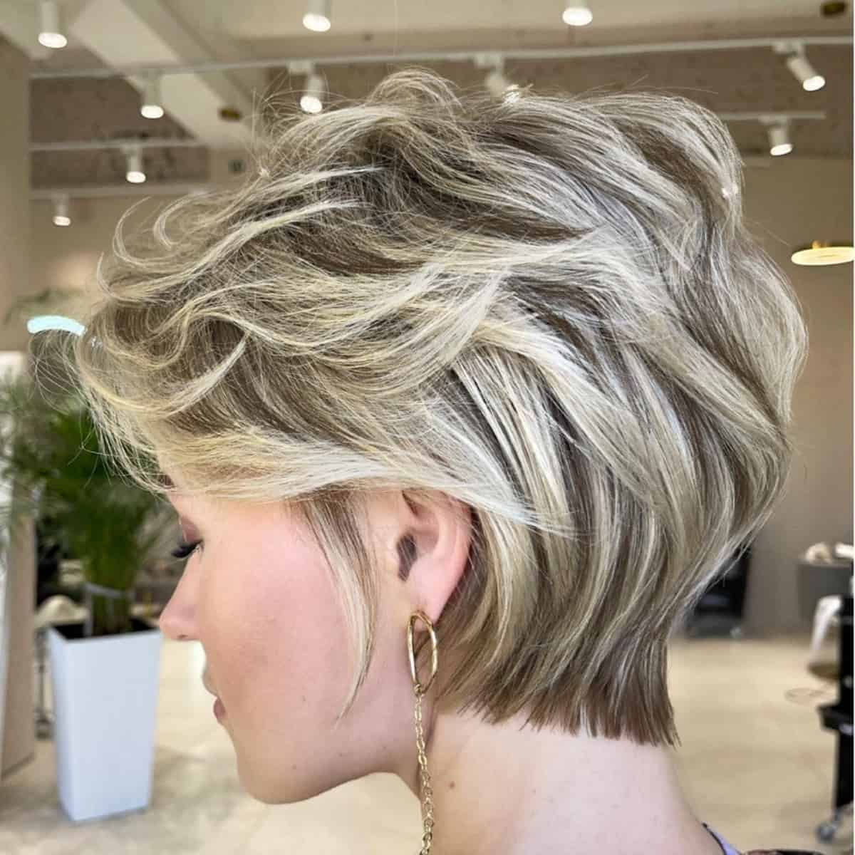 Pixie courte et féminine pour cheveux ondulés