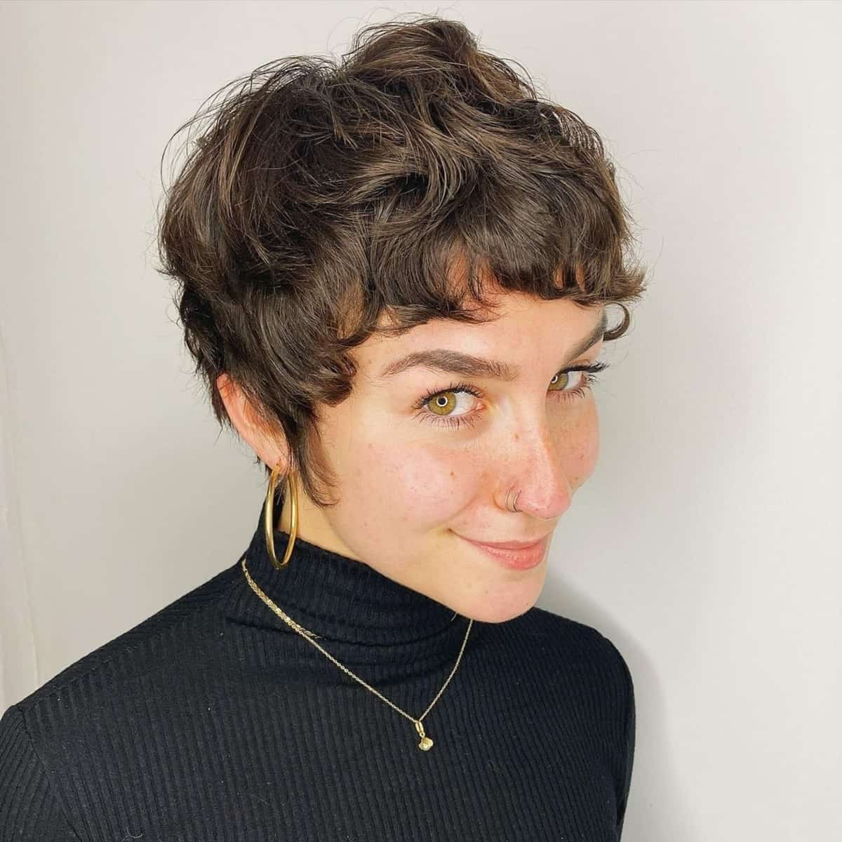 Coiffure Pixie Wavy pour les femmes aux cheveux ondulés