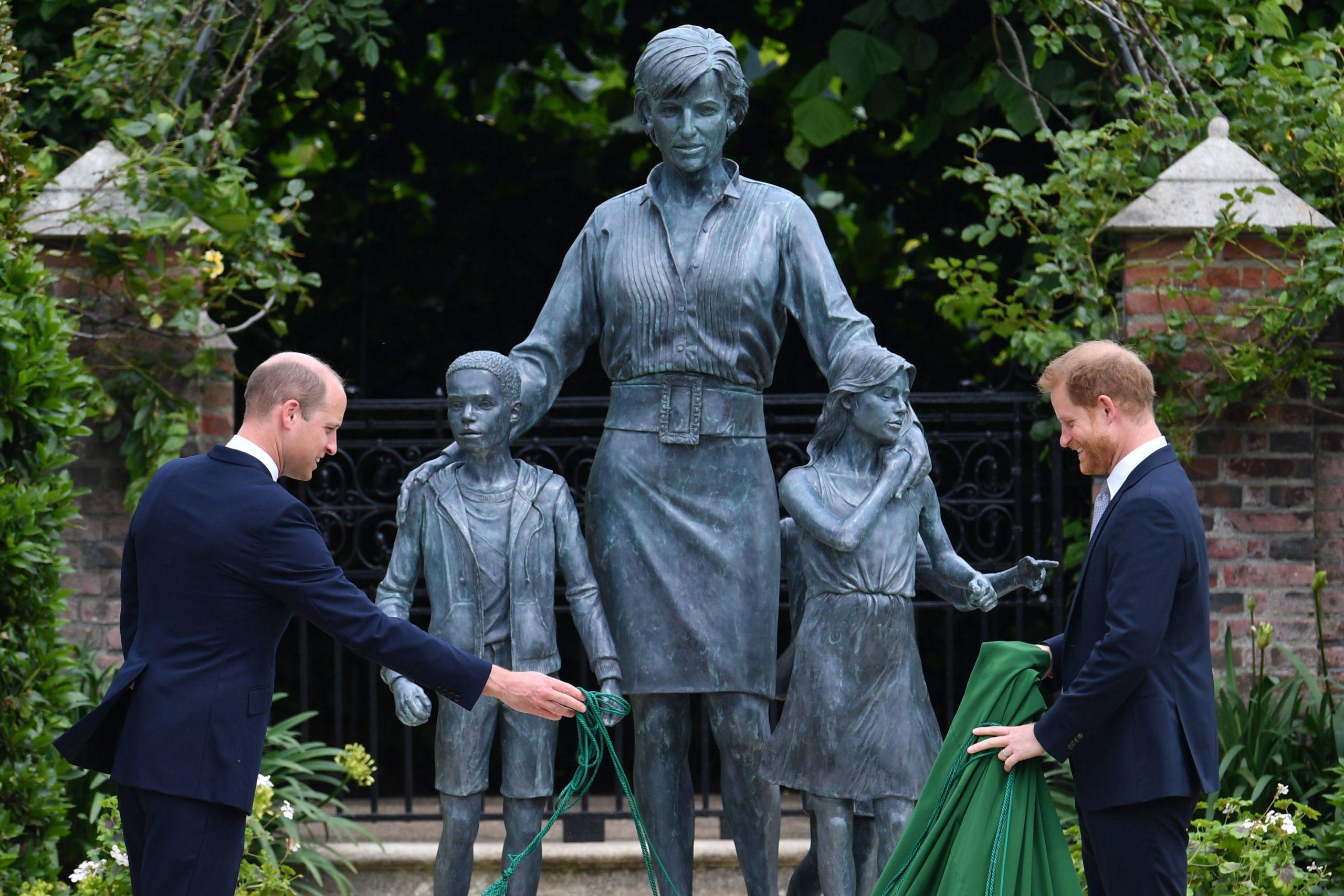 Le Prince Willam et le Prince Harry devant la statue de la Princesse Diana.