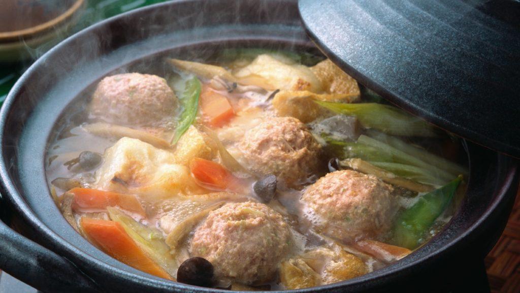 Légumes bouillis et boule de viande dans une marmite - photo d'archive