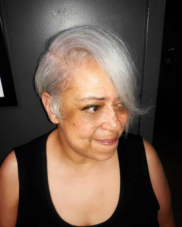 Coiffure courte et asymétrique pour les femmes noires de plus de 60 ans