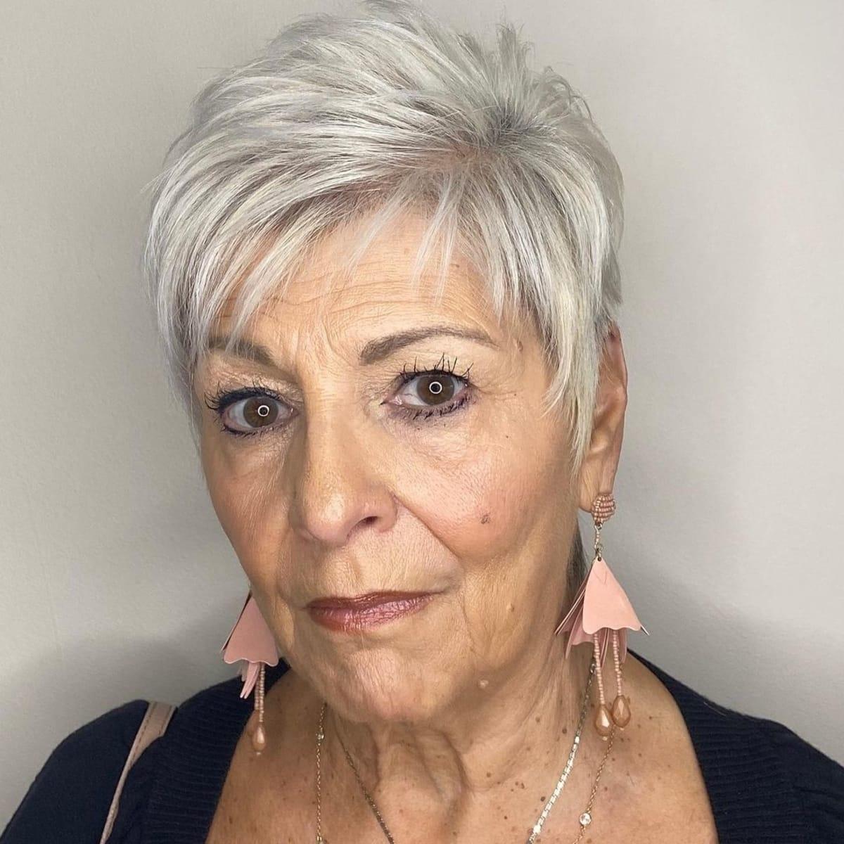 Coupe Pixie Asymétrique pour les femmes de plus de 60 ans aux cheveux gris
