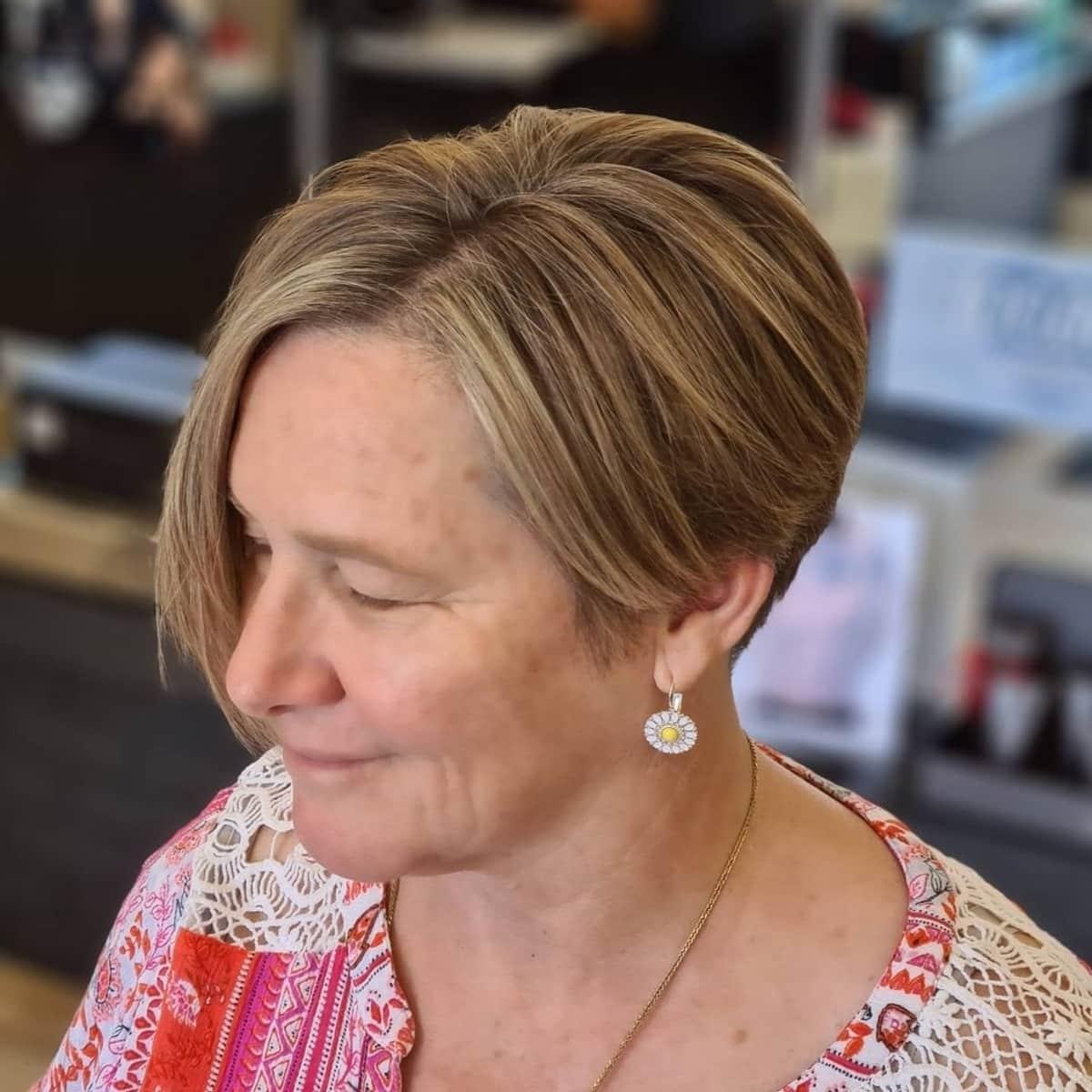 Coupe de cheveux asymétrique pour les femmes de plus de 60 ans.