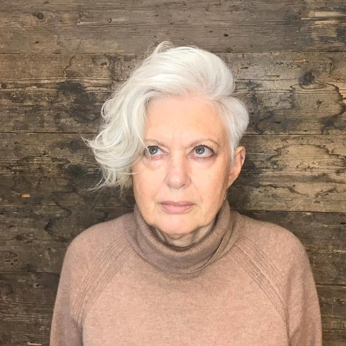 Longue mèche asymétrique avec une raie sur le côté pour les femmes de 60 ans et plus.