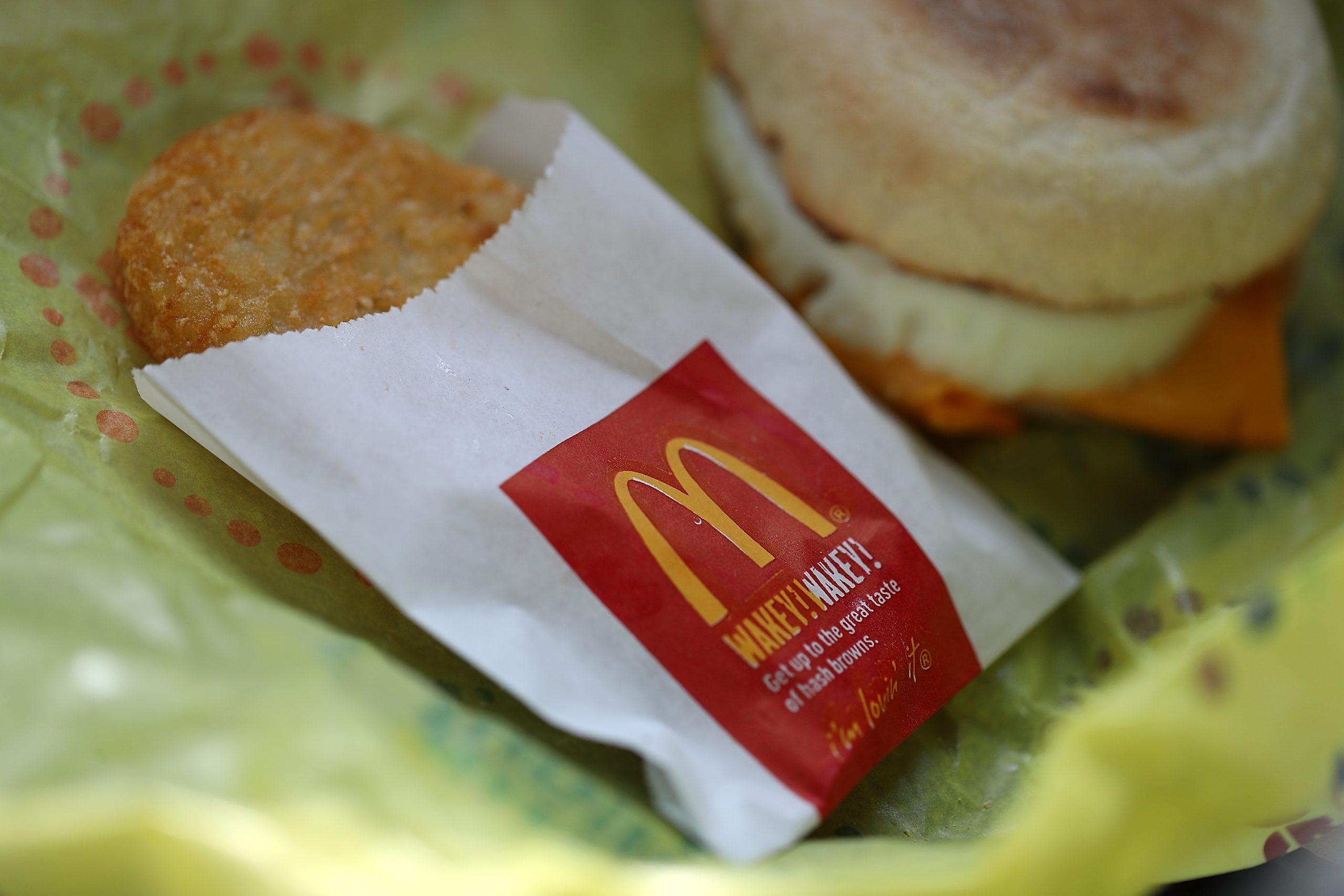 Gros plan sur un petit-déjeuner McDonald's composé de pommes de terre rissolées et de McMuffin.
