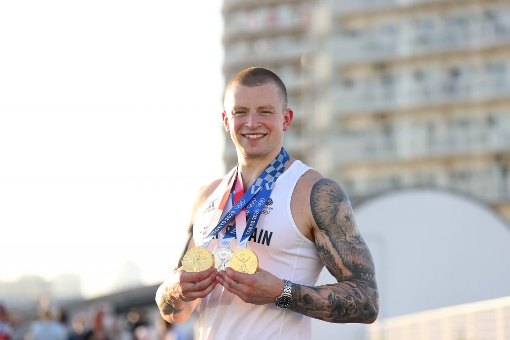 Adam Peaty, de Grande-Bretagne, pose avec les deux médailles d'or et la médaille d'argent qu'il a gagnées lors des Jeux olympiques de Tokyo 2020.