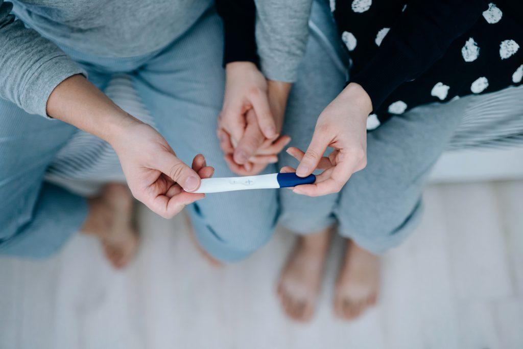 Couple tenant un test de grossesse