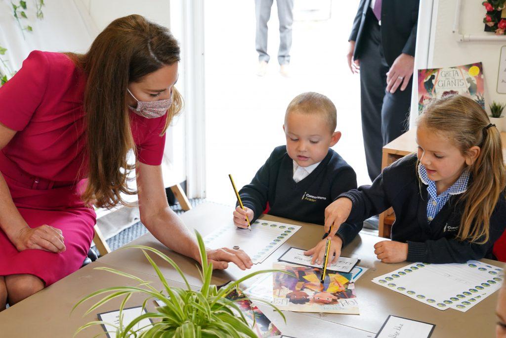 Catherine, Duchesse de Cambridge, parle avec les enfants de la classe de réception de l'école lors d'une visite à la Connor Downs Academy.