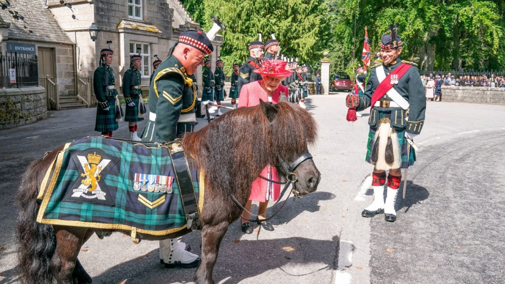 La Reine Elizabeth II lors d'une inspection de la compagnie Balaklava, 5ème Bataillon du Royal Regiment of Scotland aux portes de Balmoral, alors qu'elle prend sa résidence d'été au château, le 9 août 2021 à Ballater, Aberdeenshire.