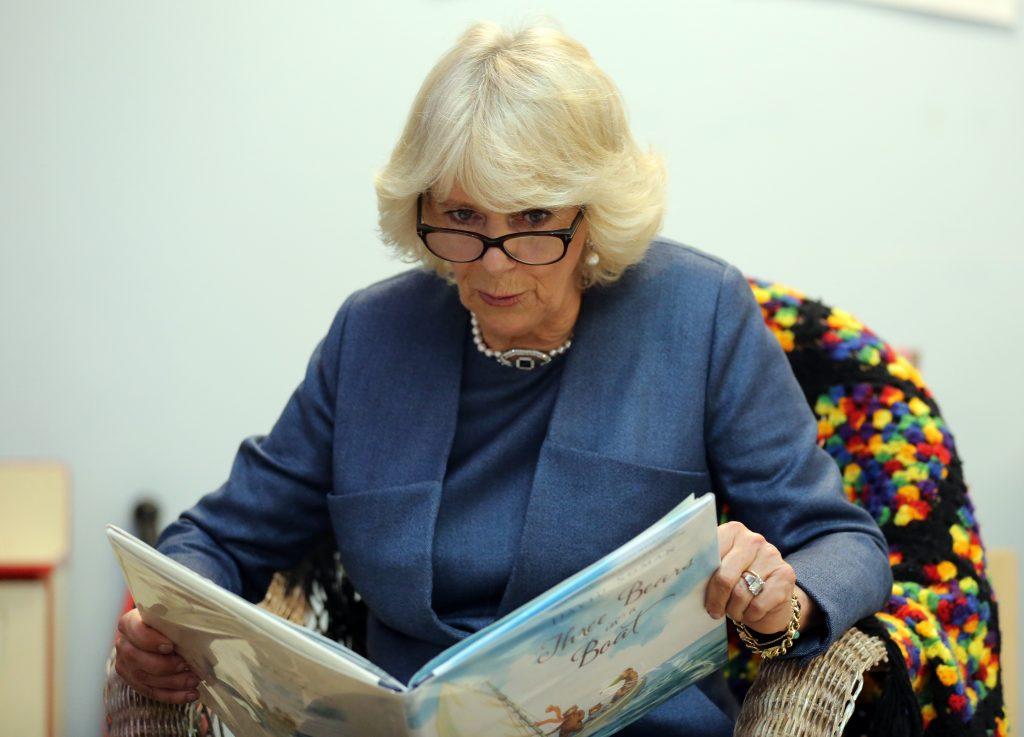 Camilla, duchesse de Cornouailles, lit une histoire à des enfants alors qu'elle visite un projet communautaire appelé 'Neighbourhood House' au quatrième jour d'une visite aux États-Unis, le 20 mars 2015.