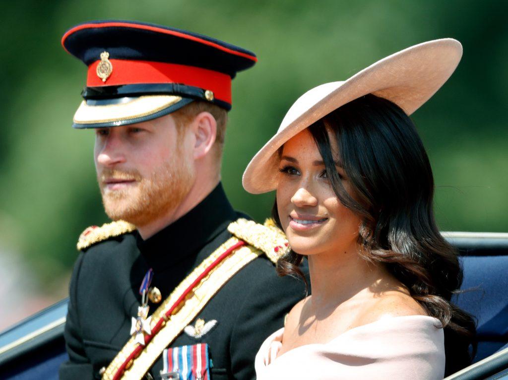 Le prince Harry, duc de Sussex, et Meghan, duchesse de Sussex, descendent le Mall dans un carrosse tiré par des chevaux lors du Trooping The Colour 2018.