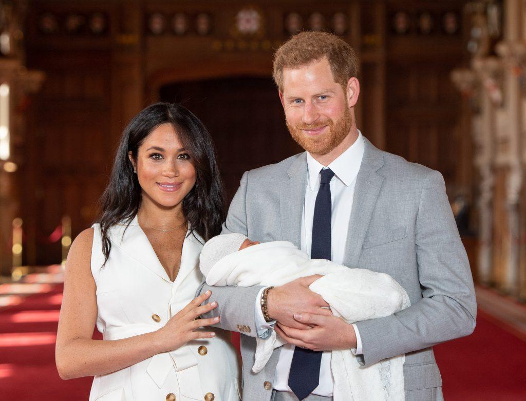 Le prince Harry, duc de Sussex, et Meghan, duchesse de Sussex, posent avec leur nouveau-né Archie Harrison Mountbatten-Windsor lors d'une séance de photos à St George's Hall.
