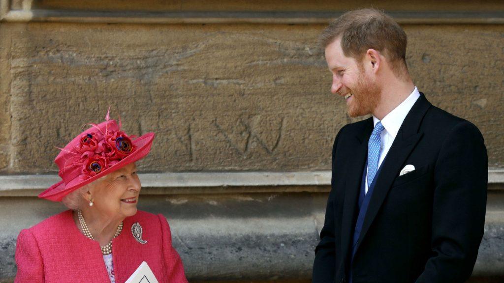 La reine Elizabeth II parle avec le prince Harry, duc de Sussex, alors qu'ils partent après le mariage de Lady Gabriella Windsor à Thomas Kingston à la chapelle Saint-Georges du château de Windsor, le 18 mai 2019 à Windsor, en Angleterre.