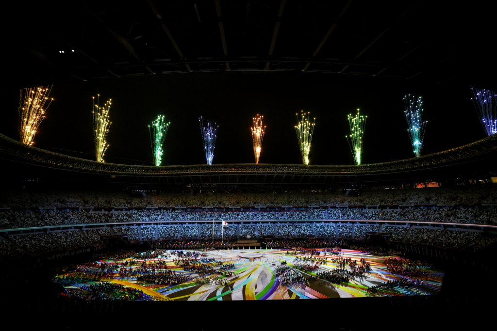 Les feux d'artifice explosent au-dessus du stade lors de la cérémonie d'ouverture des Jeux paralympiques de Tokyo 2020.