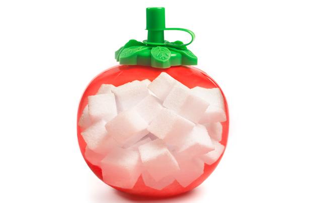 Bouteille de ketchup remplie de morceaux de sucre