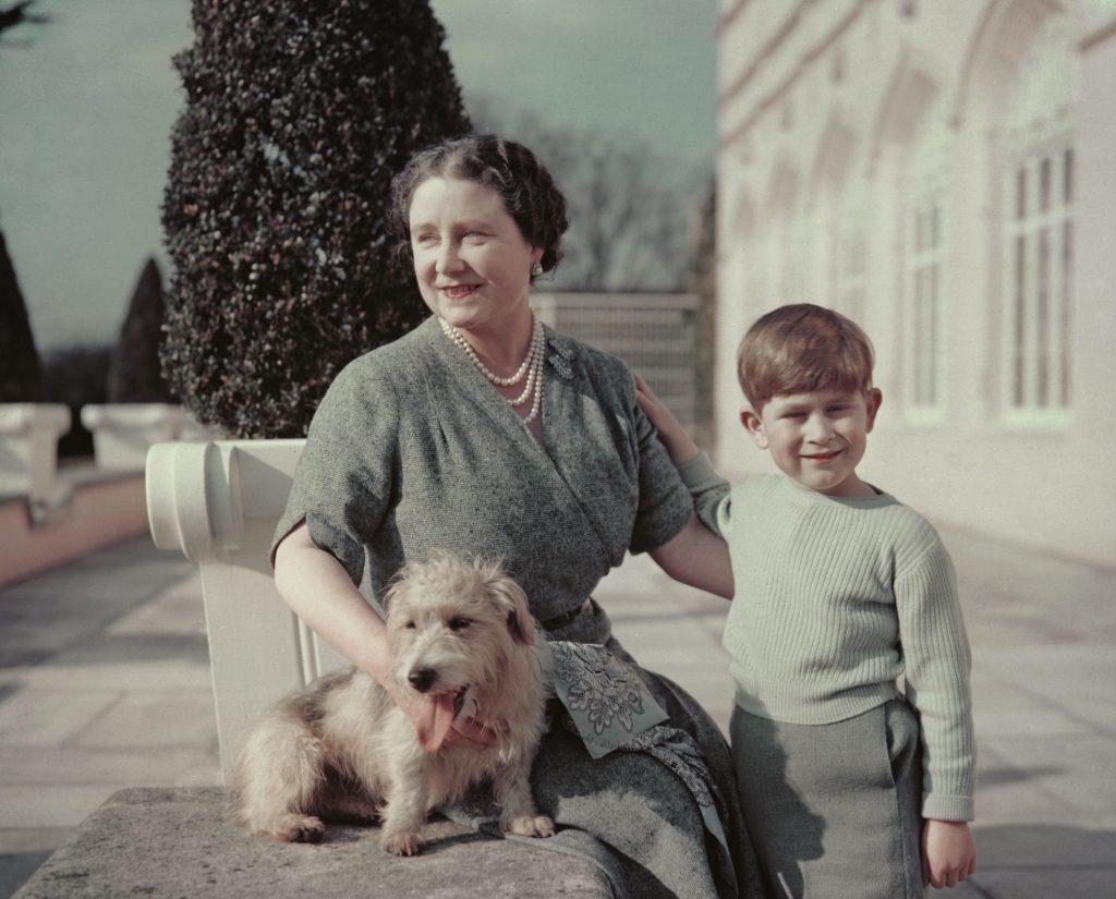 La Reine Mère avec son petit-fils, le Prince Charles, et le chien Pippin.