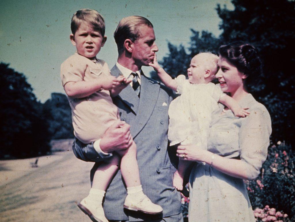 La princesse Elizabeth avec son mari, le prince Philip, duc d'Édimbourg, et leurs enfants, le prince Charles et la princesse Anne, août 1951.
