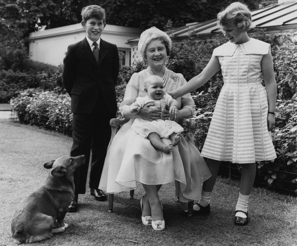 La Reine Elizabeth, Reine Mère, dans le jardin de Clarence House à l'occasion de son 60e anniversaire, avec ses petits-enfants, le Prince Charles, la Princesse Anne et le Prince Andrew, qui a presque 6 mois.