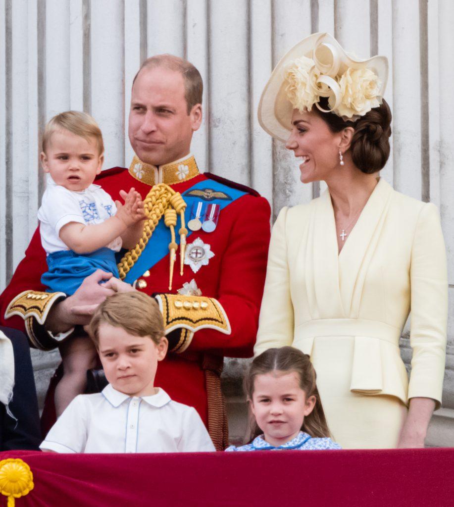 Le Prince Louis, le Prince George, le Prince William, le Duc de Cambridge, la Princesse Charlotte et Catherine, Duchesse de Cambridge, apparaissent sur le balcon pendant le Trooping The Colour.