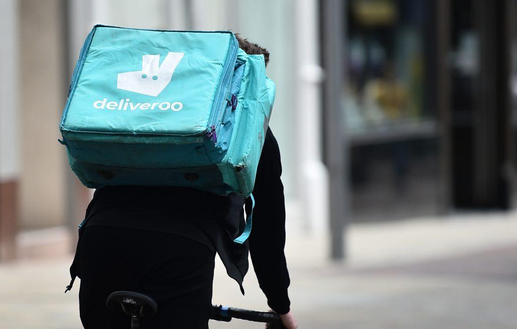Un livreur à vélo Deliveroo alors que le gouvernement promeut la gratuité d'Uber Eats et de Deliveroo pour le vaccin.