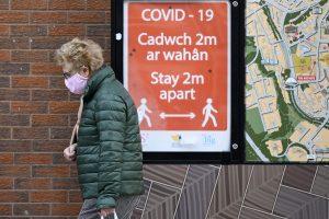 Femme portant un masque facial pendant le verrouillage des disjoncteurs au Pays de Galles l'année dernière.