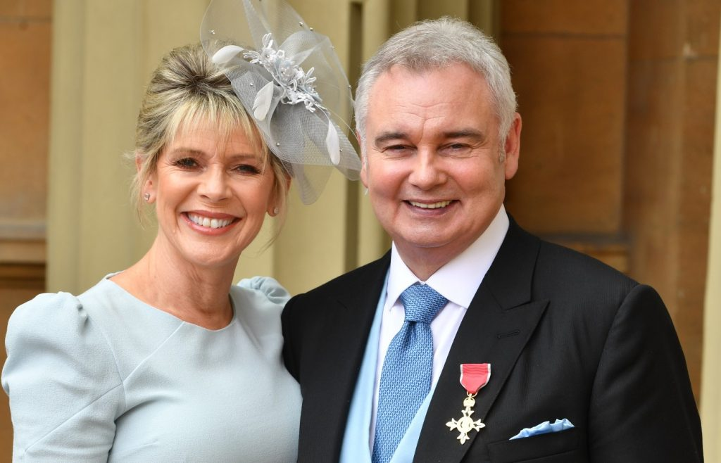 Eamonn Holmes, avec sa femme Ruth Langsford, alors qu'il porte son OBE.