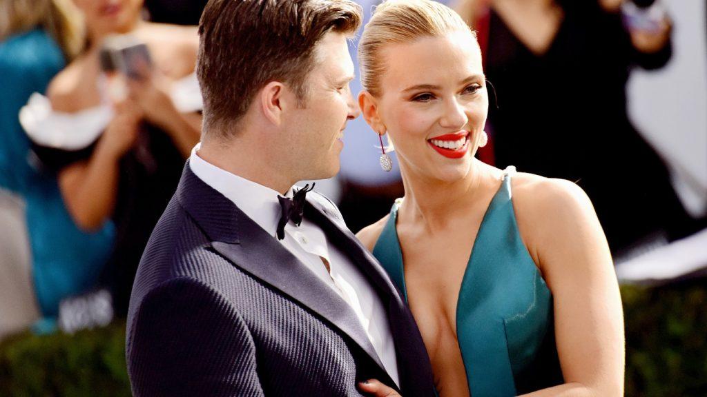 : Colin Jost (G) et Scarlett Johansson assistent à la 26e cérémonie annuelle des Screen Actors Guild Awards au Shrine Auditorium le 19 janvier 2020 à Los Angeles, en Californie.