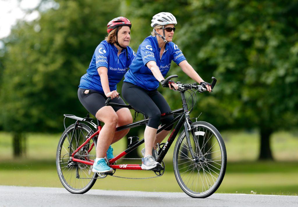 Sophie, Comtesse de Wessex, en tant que marraine de l'association Vision Foundation, se joint à un groupe de cyclistes malvoyants pour une randonnée en tandem.
