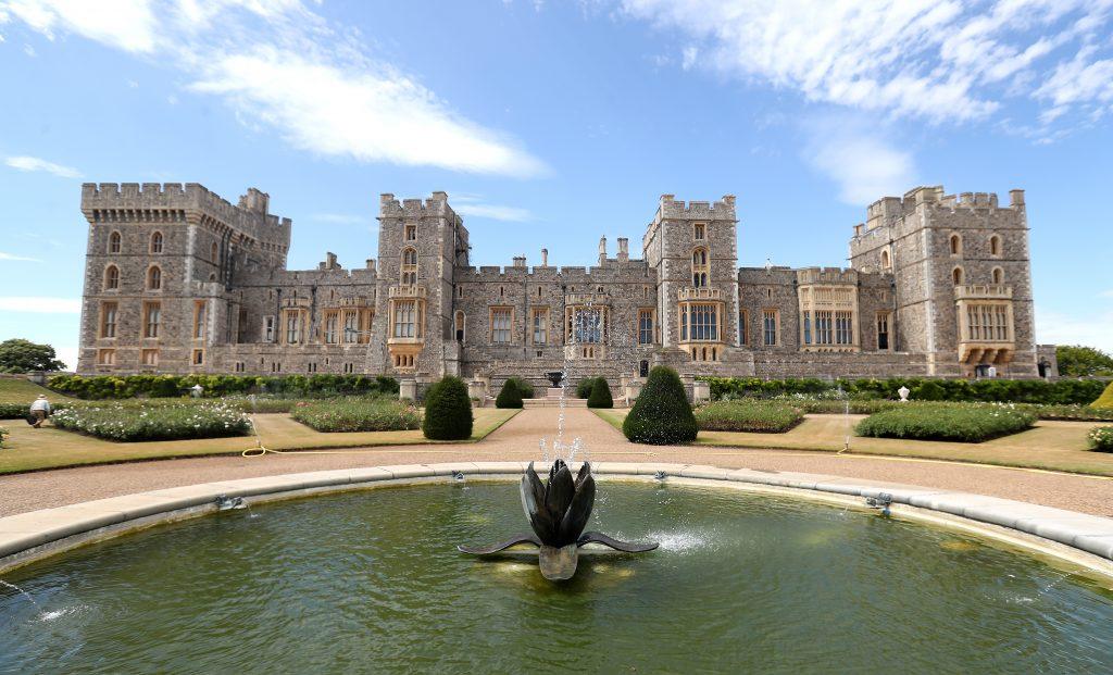 Des visiteurs observent le jardin de la terrasse est du château de Windsor alors qu'il s'apprête à être ouvert au public au château de Windsor.