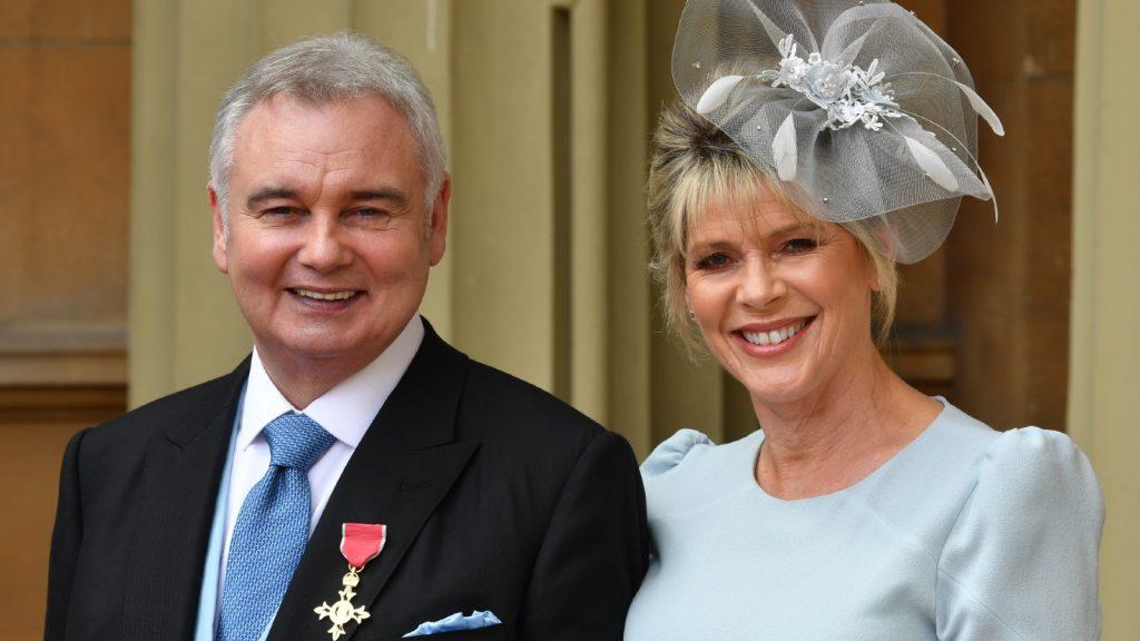 Eamonn Holmes, avec sa femme Ruth Langsford, alors qu'il porte son OBE (Officier de l'Ordre de l'Empire britannique) après qu'il lui ait été remis par la Reine Elizabeth II pour services rendus à la radiodiffusion lors d'une cérémonie d'investiture au Palais de Buckingham le 1er juin 2018 au centre de Londres.