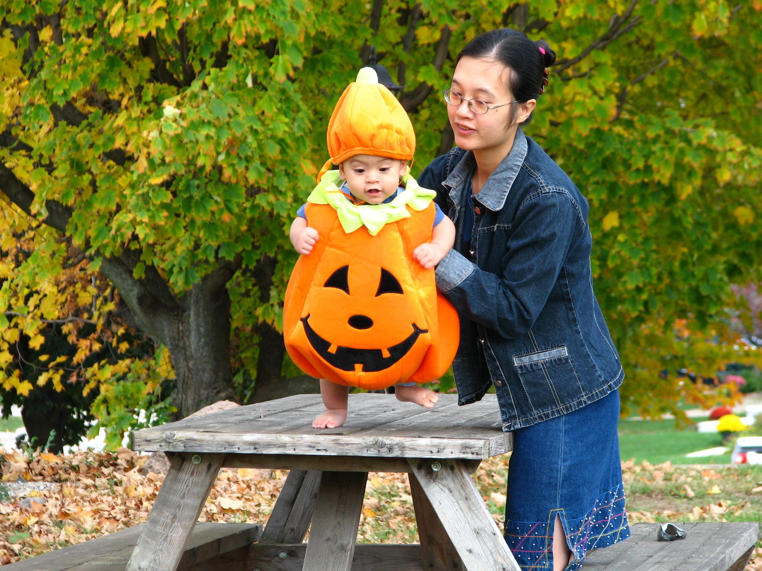 Un costume de citrouille, l'une des meilleures idées de costume d'Halloween pour enfants.