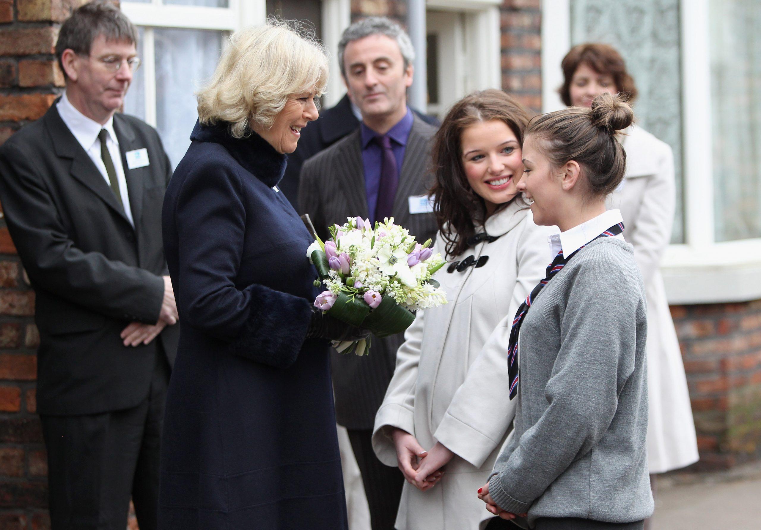 Helen Flanagan rencontre la Duchesse Camilla sur le plateau de Coronation Street.