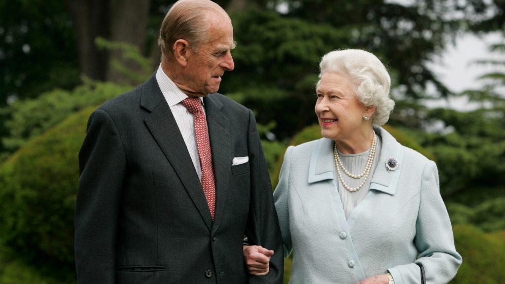 Sa Majesté la Reine Elizabeth II et le Prince Philip, Duc d'Edimbourg, visitent à nouveau Broadlands, pour marquer leur anniversaire de mariage de diamant le 20 novembre. Les royaux ont passé leur nuit de noces à Broadlands dans le Hampshire en novembre 1947, l'ancienne demeure de l'oncle du Prince Philip, le Comte Mountbatten.