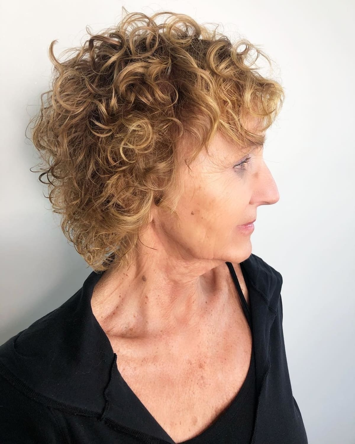 Cheveux bouclés à longueur d'épaule et à entretien minime